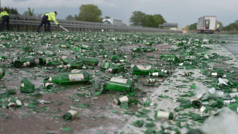 Zerstörte Bierflaschen liegen auf der Autobahn.