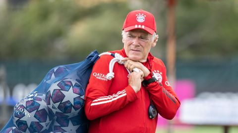 Co-Trainer Hermann Gerland  richtet vor einer Trainingseinheit auf einem Fußballplatz den Platz her.