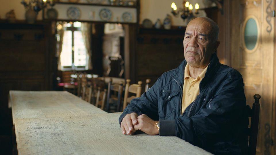 """""""Manchmal habe ich mit Toren geantwortet. Aber manchmal haben mich die Rufe auch getroffen"""", sagt Erwin Kostedde.Erfahrungen mit Rassismus ziehen sich durch die Karriere des früheren Stürmers."""