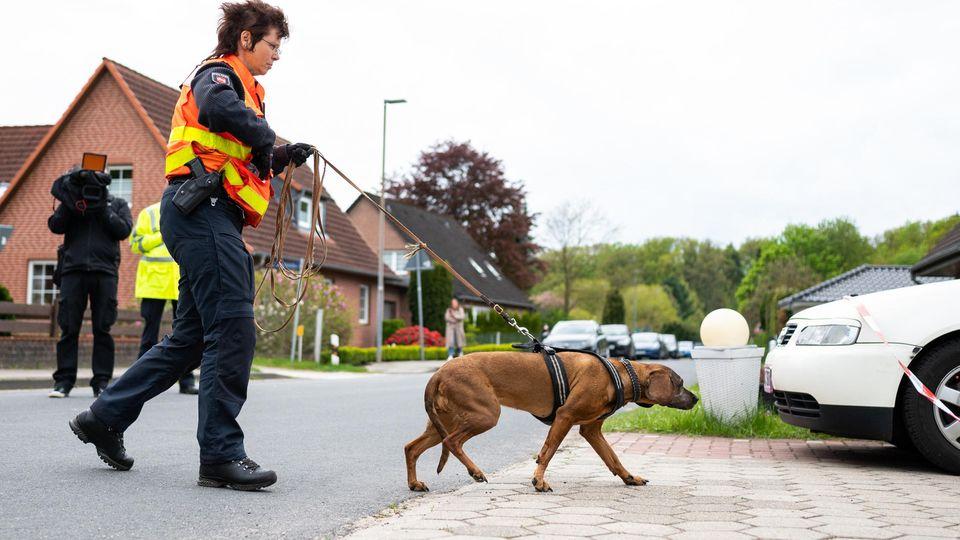 Die Polizei setzt einen Personenspürhund am Wohnhausder der Familie ein