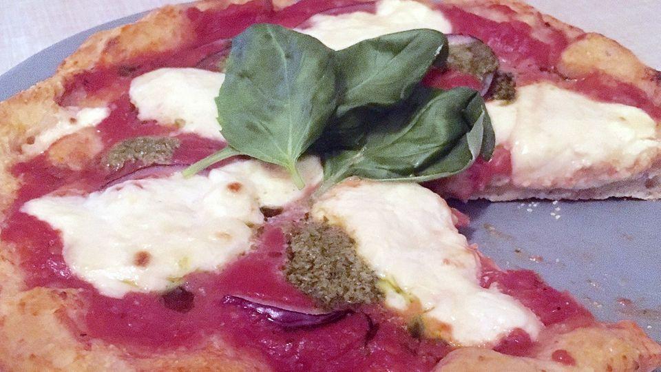In 2 Minuten fertig: Tomaten-Büffelmozzarella-Pizza aus dem Pizzaiolo