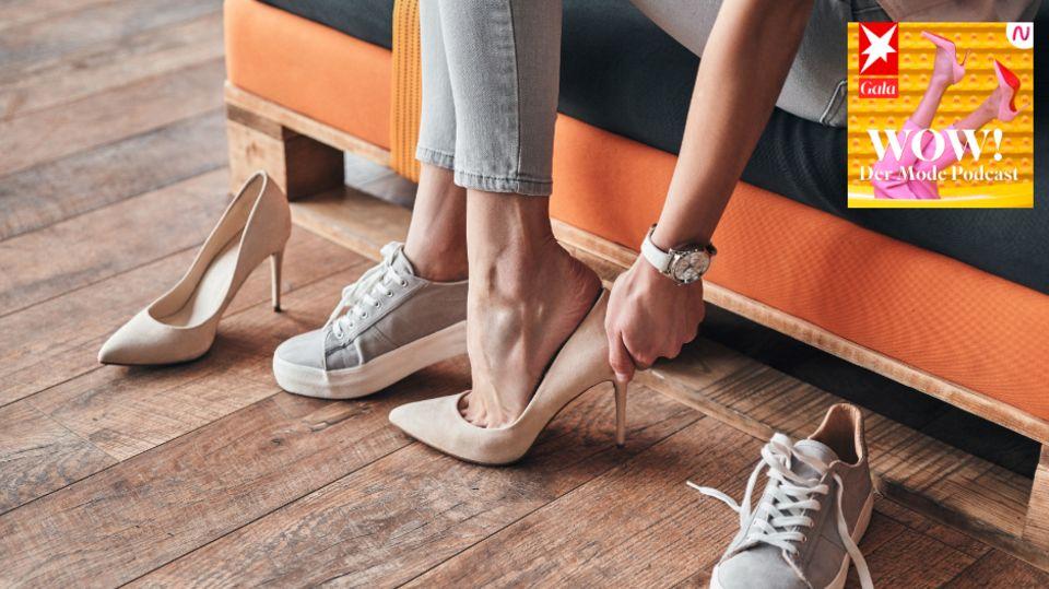 Person probiert Sneaker und High Heels an