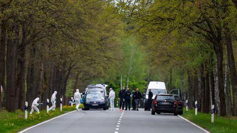 In einem Waldstück unweit von Bispingen sichern Polizisten an einer Bundesstraße Spuren am Fundort einer Kinderleiche.