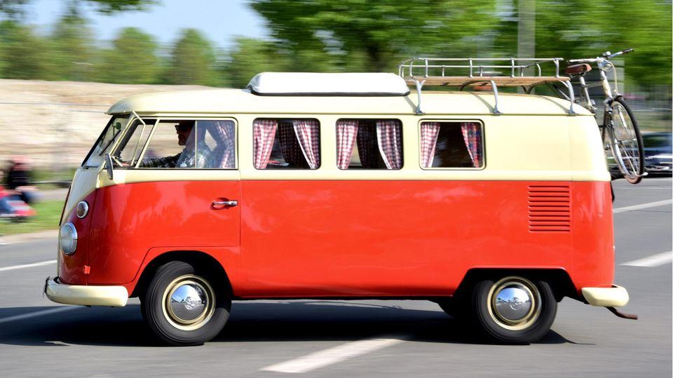 Der Klassiker: einVW Bulli vom Typ T1 mit kurzem Hubdach