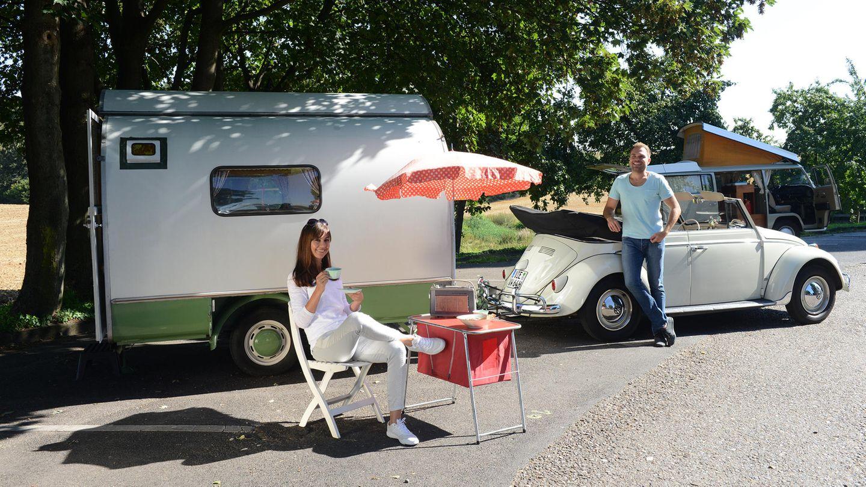 Historisches Gespann: ein Wohnwagen vom Typ Knospe K von Austermann, Baujahr 1962, mit einem VW Käfer Cabrio