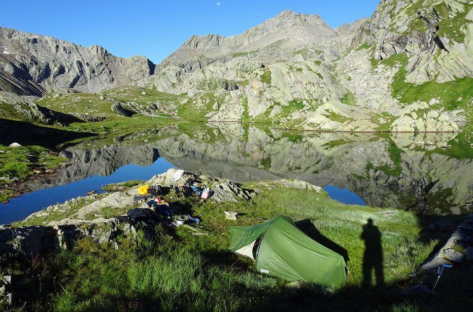 Minimalistisches Zelten in den Bergen