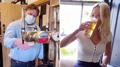 Pub-Besitzer zapft Bier