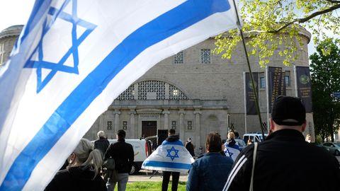 Teilnehmer einer Demonstration mit israelischen Flaggen