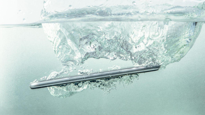 Wasserdichte Handys: Ein Smartphone taucht unter.