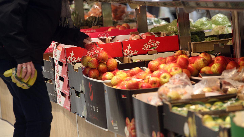 Ein Kunde im Supermarkt vor dem Obst- und Gemüseregal.