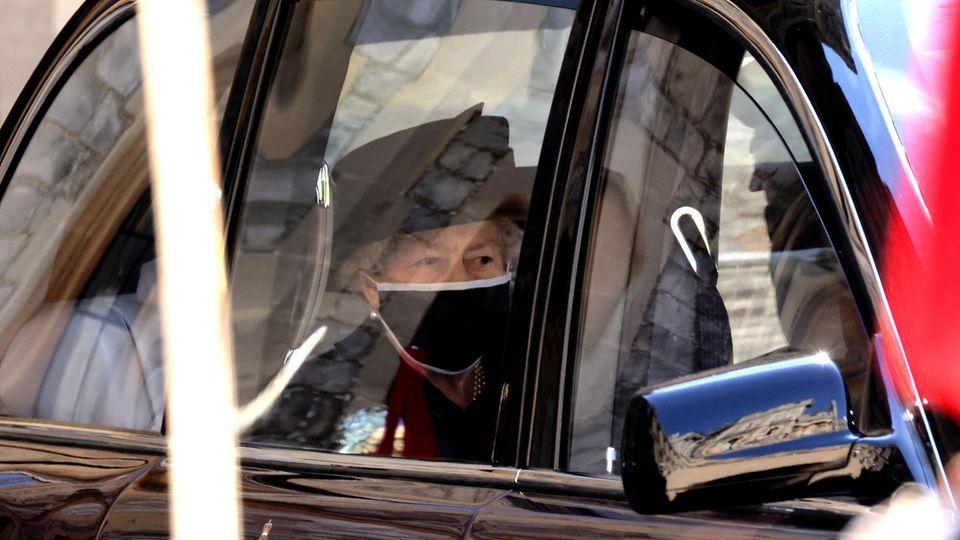 Queen Elizabeth II. in Trauerkleidung vor der Beerdigung von Prinz Philip
