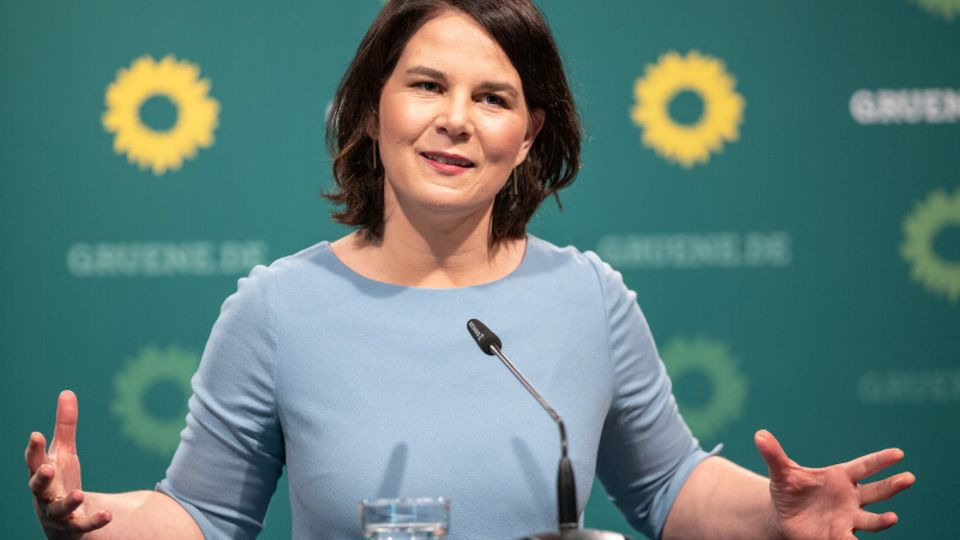 Annalena Baerbock, Kanzlerkandidatin undBundesvorsitzendevon Bündnis 90/Die Grünen, hebt die Hände