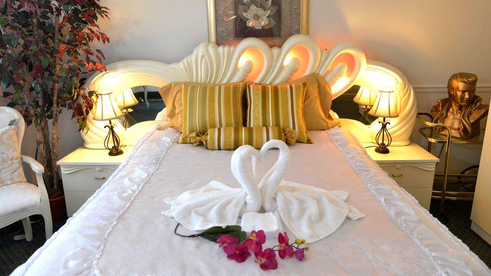 """Abwechslung im Bett  Nach vielen Monaten im eigenen Bett freut sich fast jeder über einen Wechsel ins Hotelbett. Vielleicht wird daher jetzt aus einem früheren Beschwerdegrund ein Grund zum Feiern? In den etwas älteren Bewertungen beschweren sich jedenfalls noch Wasserbetten-Fans wie Urlauberin Andrea: """"Die Betten waren für unseren Geschmack etwas zu hart, aber wir haben zu Hause ein Wasserbett."""" Traditionalisten wie Urlauber Michael wunderten sich: """"Schickes Zimmer, nur mit dem Wasserbett, ich weiß nicht. Evtl. zu wenig Wasser?"""""""