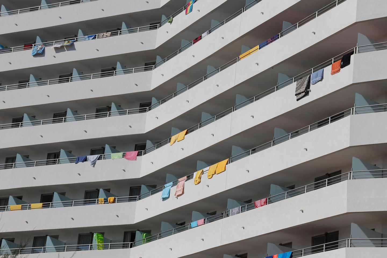 """Bild 1 von 8der Fotostrecke zum Klicken:Balkon-Chöre  Während man in der Corona-Hochphase das Beklatschen von Corona-Helden vom heimischen Balkon miterleben konnte, waren Balkon-Aktivitäten bei manchen Urlaube in der Zeit davor weniger willkommen. Kritikpunkte wie """"die Nachbarn unterhalten sich zu laut auf dem Balkon"""" von Urlauberin Miroslawa oder """"Die lieben Nachbarn feiern auch gern mal auf ihrem Balkon"""" von Urlauber Wilfried gehören zu den Bewertungsklassikern."""