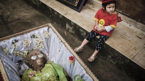 Indonesien  Ist die Reisernte beendet, kommt für einige indonesische Gemeinden der Moment der Ma'nene-Zeremonie. Dann begibt man sich zum Friedhof und hebt die Verstorbenen aus ihren Gräbern. Erst reinigt man die in Formaldehyd konservierten Toten, dann zieht man ihnen ihre besten Kleider an. Nachdem man die Ahnen in der Sonne getrocknet hat, macht man ein Erinnerungsfoto mit ihnen.