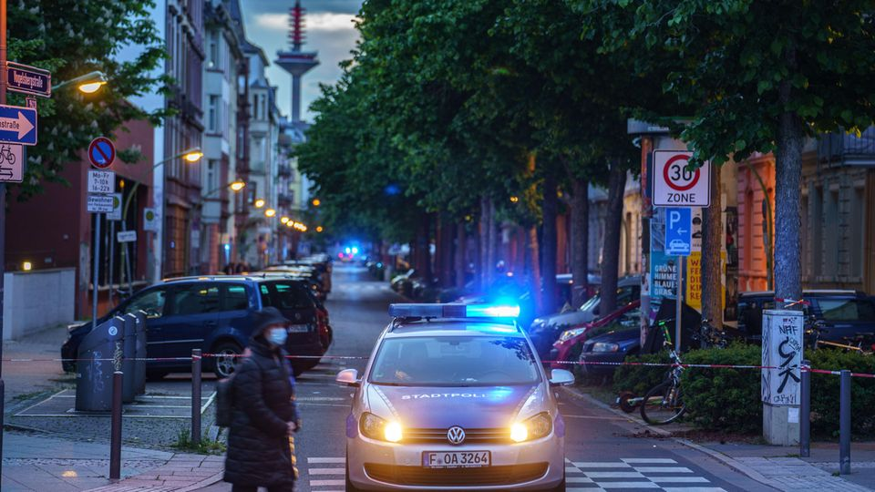 Polizei nach dem Fund einer Weltkriegsbombe im Frankfurter Nordend