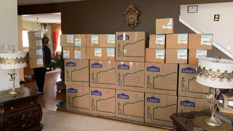 Ein Wohnzimmer voller Kisten