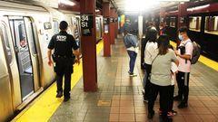 New York: Einige Menschen stehen wartend auf dem U-Bahn-Gleis