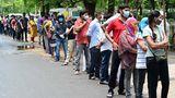 Menschen in einer langen Schlange vor dem Moti Lal Nehru Medical College in Prayagraj