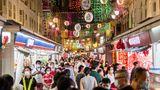 Passanten in Chinatown in Singapur