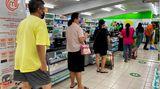 Menschen mit Mindestabstand in einem Supermarkt in Singapur