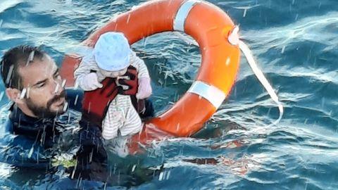 """""""Ganz ehrlich, ich wusste nicht, ob es noch am Leben oder schon tot war"""", sagte der Beamte nach der Rettungsaktion"""
