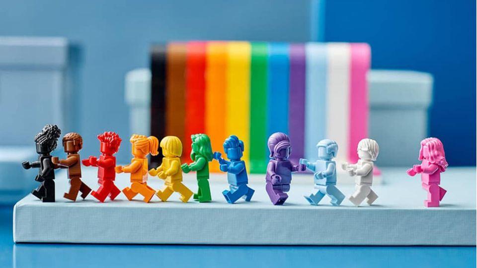 Lego News: Elf monochrome Minifiguren vor einem Regenbogen-Wasserfall