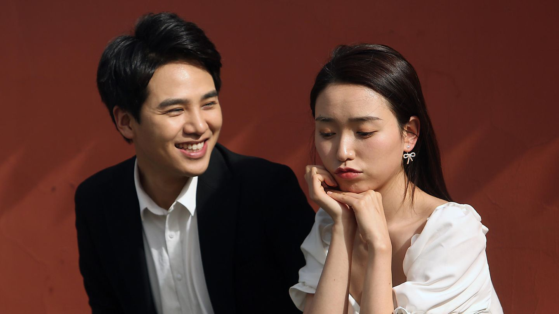 Ein chinesisches Brautpaar posiert für Hochzeitsfotos
