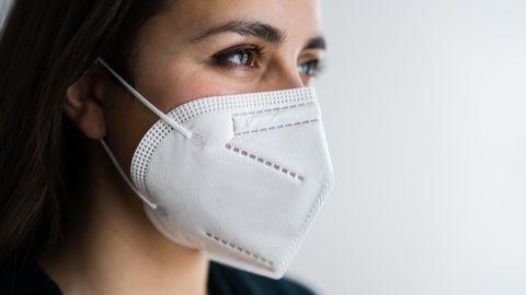 FFP2 Maske Coronavirus: Eine Frau trägt eine FFP2-Maske