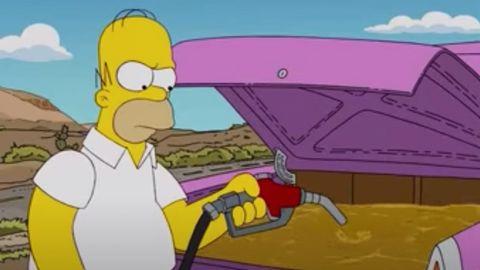 Homer Simpson füllt Benzin in seinen Kofferraum