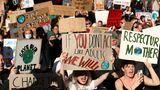 """Melbourne, Australien. """"Wenn Ihr nicht wie Erwachsene handelt, werden wir das tun."""" Dort, wo es die Corona-Pandemie zulässt, kehrt die """"Fridays for Future""""-Bewegung auf die Straße zurück – wie hier in der zweitgrößten australischen Stadt. """"School strike 4 climate"""" heißt das hier. Demonstrationen, die die Politik zu mehr Klimaschutz-Entscheidungen treiben sollen, finden überall im Land statt."""