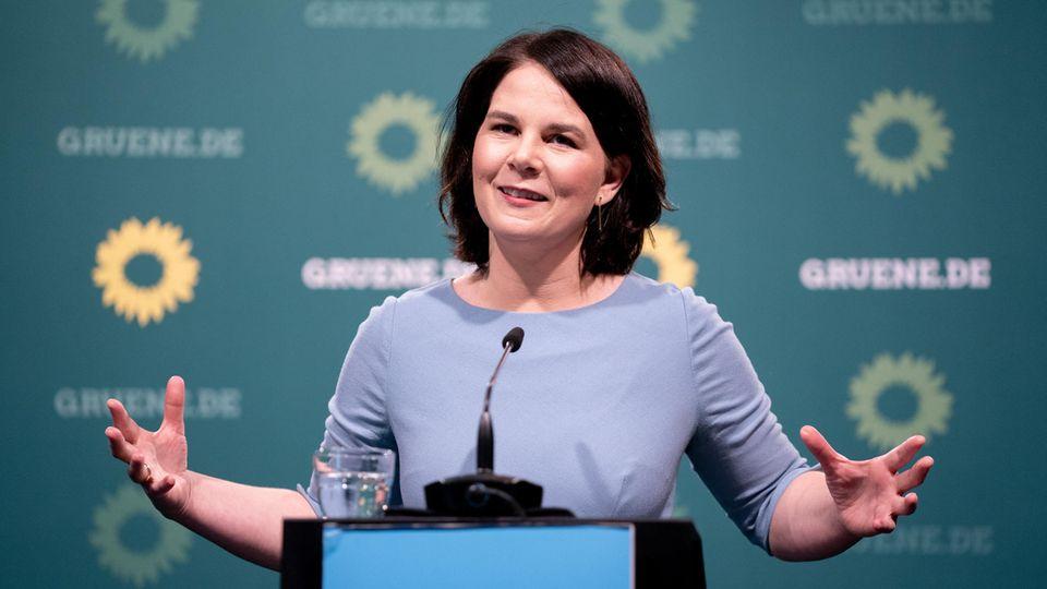Annalena Baerbock, Bundesvorsitzende von Bündnis 90/Die Grünen und Kanzlerkandidatin hebt die Hände