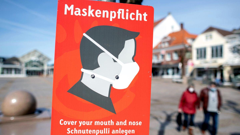 Hinweis auf die Maskenpflicht in einer Fußgängerzone