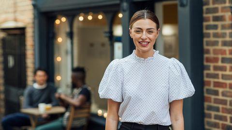 Frau trägt eine Bluse mit Puffärmeln