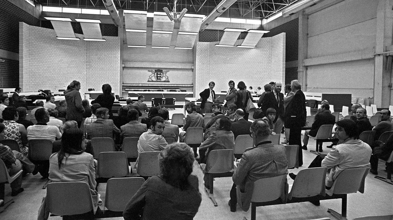 21. Mai 1975: Der Terror-Prozess gegen die RAF beginnt  Es ist einer der größten und spektakulärsten Gerichtsprozesse in der bundesdeutschen Geschichte:Am 21. Mai 1975 beginnt in Stuttgart-Stammheim der Prozess gegen die Terroristen Andreas Baader, Ulrike Meinhof, Gudrun Ensslin und Jan-Carl Raspe, den sogenannten harten Kern der Roten Armee Fraktion. Hier ein Blick in den Zuschauerraum des Gerichtssaals vor Prozessbeginn. Die Anklagebank links ist leer, es war den Fotografen nicht gestattet, während des Prozesses zu fotografieren. Den Angeklagten wird mehrfacher Mord und Mordversuch vorgeworfen. Eigens für den Prozess wird aus Sicherheitsgründen eine Mehrzweckhalle errichtet, in der die Verhandlung stattfindet.