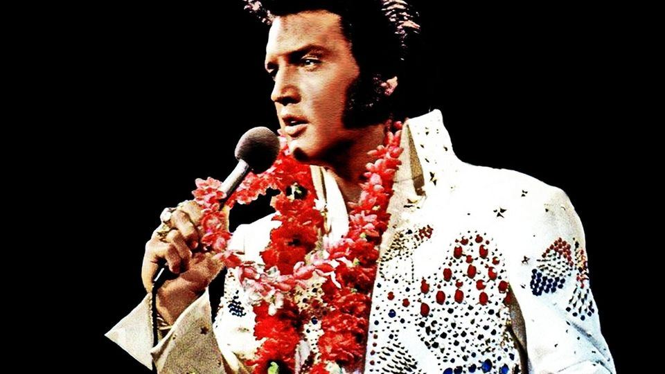 Mit Akoha-Blumenkette: Elvis Presley singt 1973 bei seinem Auftritt in Honolulu