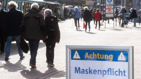 Ein Schild «Achtung Maskenpflicht» steht in der Innenstadt
