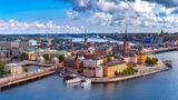 Schweden und Norwegen  Schweden mit seinem Sonderweg kämpft mit einer der höchsten Neuinfektionszahlen Europas, Norwegen dagegen hat die Pandemie recht gut unter Kontrolle. Die schwedischen Maßnahmen - darunter eine Teilnehmerobergrenze für Veranstaltungen von acht Personen und die Schließung von Restaurants, Kneipen und Cafés um 20.30 Uhr - gelten vorläufig bis zum 1. Juni, Norwegen dagegen hat Mitte April den schrittweisen Rückweg aus den Maßnahmen begonnen. Die Impfkampagnen sind in beiden Ländern in etwa so weit vorangeschritten wie in Deutschland.  Damit die Lage in Norwegen weiter gut bleibt, hat die Regierung in Oslo die Grenzen für Menschen aus dem Ausland praktisch geschlossen. Wer trotzdem einreisen darf - etwa, weil er Waren transportiert oder systemrelevante Funktionen erfüllt - für den gelten umfangreiche Test- und Quarantäneregeln. In Schweden ist all das lockerer. Ausländer müssen bei der Einreise einen negativen, maximal 48 Stunden alten Corona-Test vorweisen können. Die nationaleGesundheitsbehörde empfiehlt darüber hinaus, sich nach der Ankunft sowie noch einmal fünf Tage danach testen zu lassen und Kontakte für sieben Tage zu vermeiden.