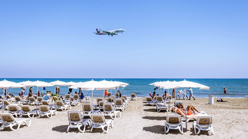 """Zypern  Zypern hat seit vergangener Woche für Urlauber aus den meisten Ländern geöffnet - ausgenommen sind nur sehr stark von Corona betroffene Staaten. Tavernen, Bars und Cafés haben ihre Außenbereiche geöffnet. Um sich frei bewegen zu können, benötigen Touristen den """"Cyprus Flight Pass"""" (www.visitcyprus.com). Zur Einreise benötigen die Gäste einen negativen PCR-Test, der nicht älter als 72 Stunden ist. Oder die Besucher müssen eine erste Impfung nachweisen, die drei Wochen zurückliegen muss. Eine Quarantänepflicht gibt es nicht mehr."""