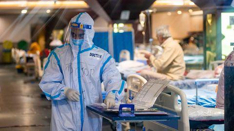 Ein Arzt in Schutzausrüstung bei der Arbeit im Covid-19 Care Centre in Delhi