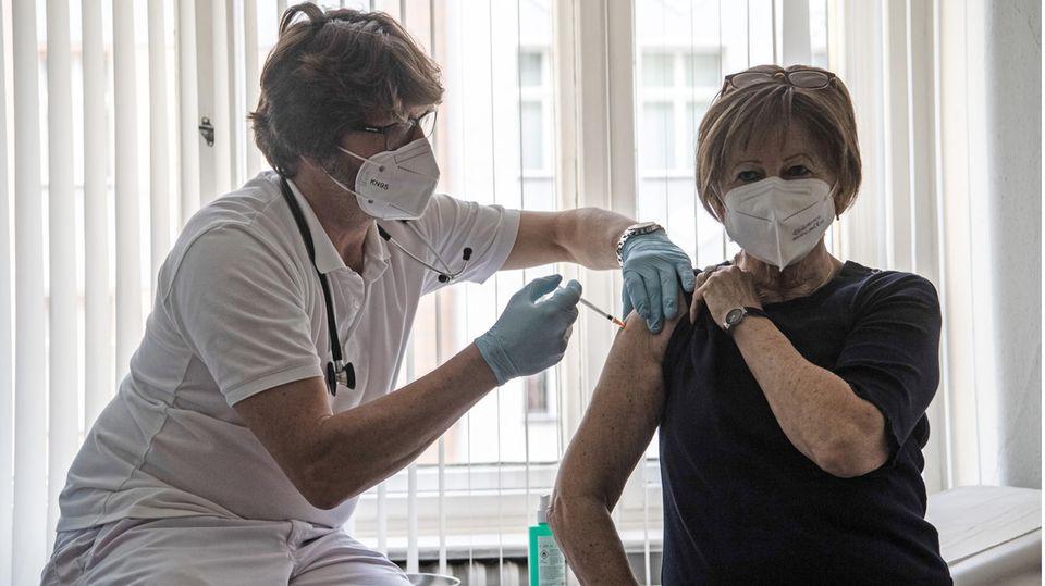 Auch nach dem Ende der Priorisierung bleibt der Impfstoff in den Hausarztpraxen knapp.
