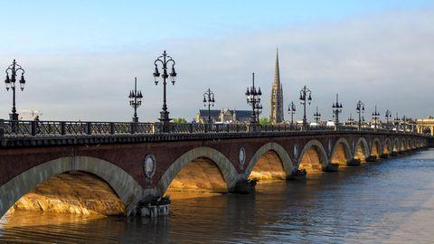 Pont de Pierre am Fluss Garonne in Bordeaux