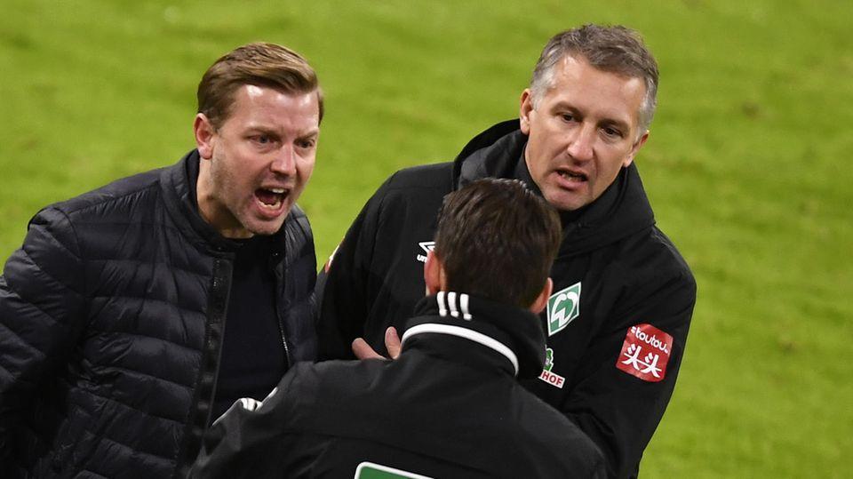 Florian Kohfeldt (l.) und Frank Baumann während eines Spiels im Disput mit dem vierten Offiziellen