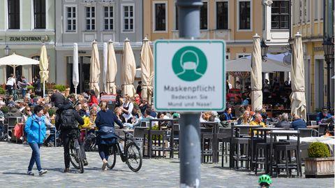 Corona-Newes: Menschen sitzen am Samstag in der Außengastronomie von Restaurants und Cafes auf dem Neumarkt in Dresden