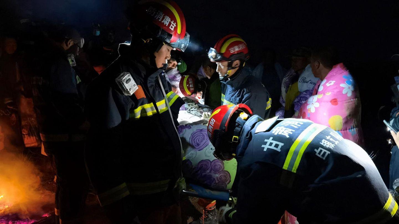 Bergmarathon in China: Rettungskräfte kümmern sich um Teilnehmer des Laufs