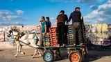 Gaza-Stadt,Palästinensische Autonomiegebiete.Ein Fischer zieht an einer Zigarette, während die Tagesausbeute mit einem Pferdewagen zum Markt gebracht wird. Nach dem Waffenstillstand, der nach einem elftägigen Krieg zwischen der Hamas und Israel erreicht wurde, durfte eine begrenzte Zahl an Fischerbooten auf das Meer zurückkehren.