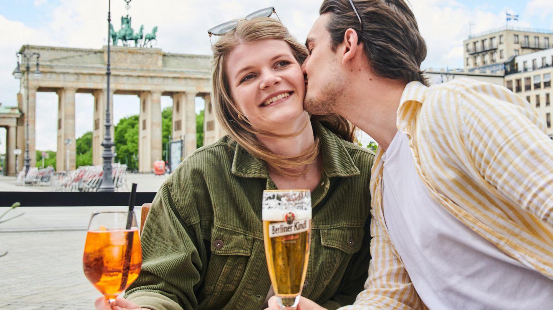 Das Wetter in Berlin präsentierte sich zwar mäßig gut, dieses Paar aber ließ es sich nicht nehmen, auf der Terrasse des Adlon-Hotels am Brandenburger Tor anzustoßen. Das Geräusch ...