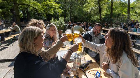 ... anstoßender Gläser war auch in diesem Biergarten der Hauptstadt mehrfach zu hören –hier sogar bei Sonne.