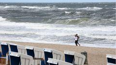 Touristen waren auf Sylt zwar schon vor dem Wochenende wieder erlaubt, wegen Pfingsten strömten vor allem am Samstag aber verstärkt Kurzurlauber auf die Insel. Während diese beiden Sportlereinen einsamen Lauf am Strand genießen ...