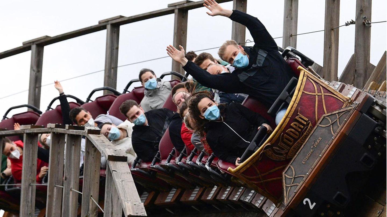 Als einer der ersten großen Freizeitparks Deutschlands öffnete am Freitag der Europa-Park im baden-württembergischen Rust seine Tore. Die maximale Anzahl von Besuchern sollte bei 3000 beginnend tageweise gesteigert werden, um Abläufe zu testen, ehe irgendwann wieder die erlaubten 20.000 Gäste pro Tag zugelassen werden.